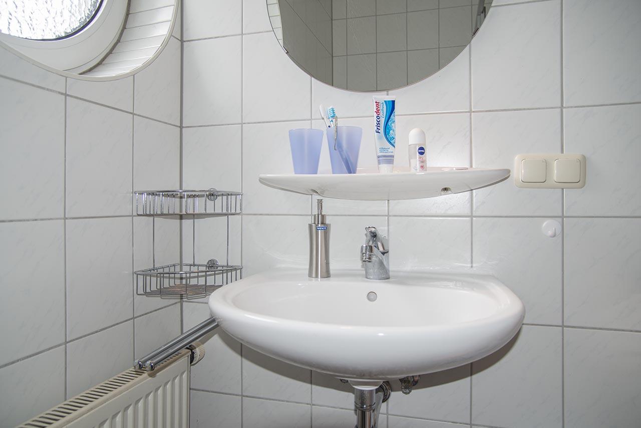 Waschbecken, Spiegel und allerlei Ablagen