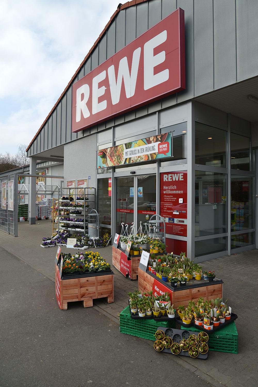 Bei REWE gibt es neben Blumen auch einen Bäcker