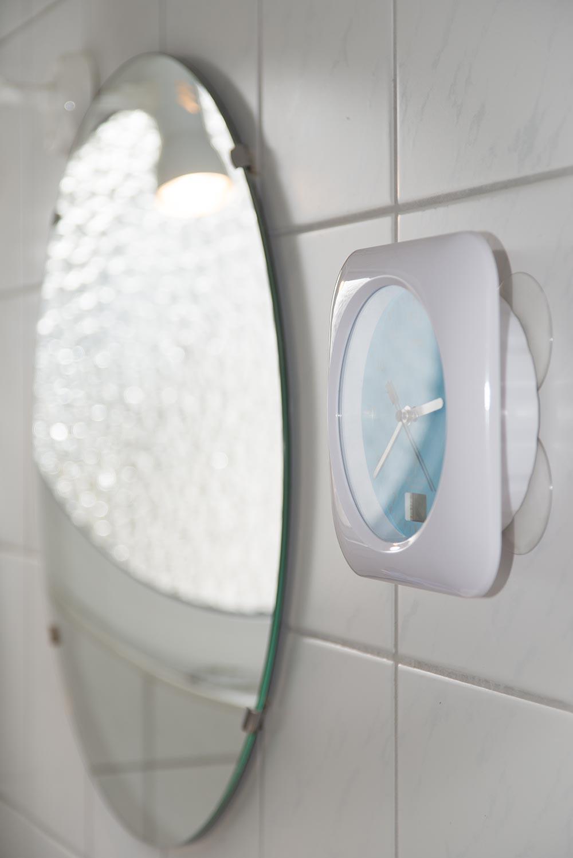 Spiegel und Funkunk mit Thermometer